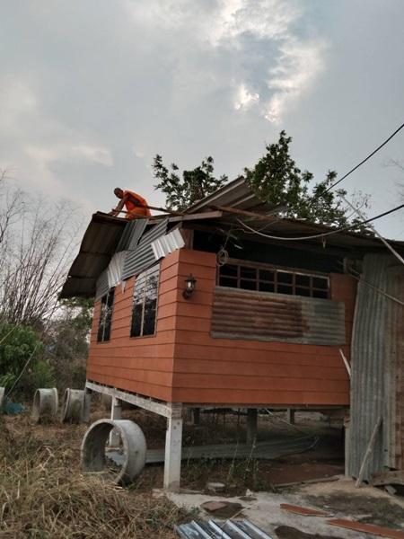 พายุฝนถล่มสระบุรี พัดบ้านพังเสียหาย10หลังคาเรือน 2 วันติดยังไร้การช่วยเหลือ