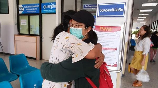 สัมผัสแรกของกอดแม่ .. น้องนก แรงงานสาวไทย ดีใจ พ้นเวลากักตัว ผลตรวจปกติ
