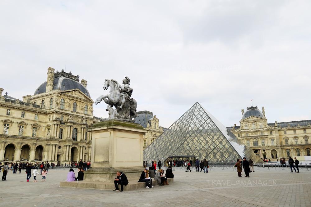 ด้านหน้าพิพิธภัณฑ์ลูฟวร์ที่มักจะมีนักท่องเที่ยวมากมาย