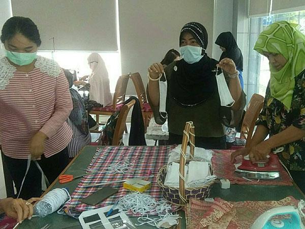 กลุ่มสตรีจิตอาสา จ.สตูล ช่วยกันตัดเย็บหน้ากากอนามัยแจกจ่ายชาวบ้าน