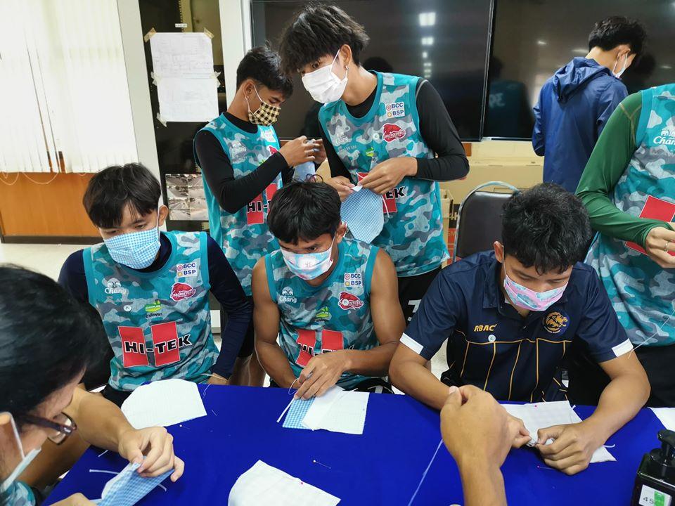 """สู้ภัยโควิด-19 """"ฉะเชิงเทรา เอฟซี"""" ทีมไทยลีก 3 ระดมแข้งช่วยเย็บหน้ากากอนามัยแจก"""