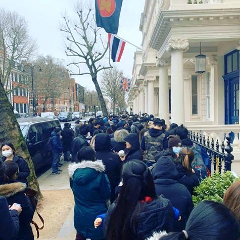 หน้าสถานทูตไทยประจำกรุงลอนดอน คลาคล่ำด้วยคนไทยที่เร่งขอเอกสารกลับประเทศ