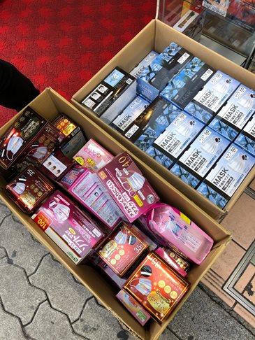 หน้ากากวางขายที่ร้านค้าแห่งหนึ่งในนครโอซากา ราคากล่องละ 15,000เยน (5,000บาท)