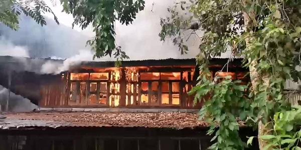 เพลิงไหม้บ้านกลางเมืองกรุงเก่า สลด! คุณตาวัย 79 ปี ถูกไฟคลอกดับคาบ้าน