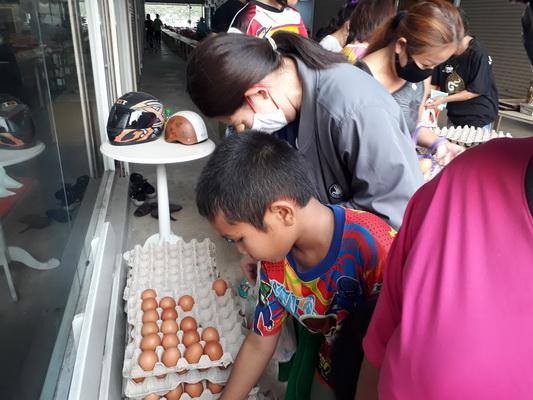 แห่รับไข่ฟรี หน้าร้านเซียนพระขอนแก่น  เน้นแจกให้คนสถานบันเทิง