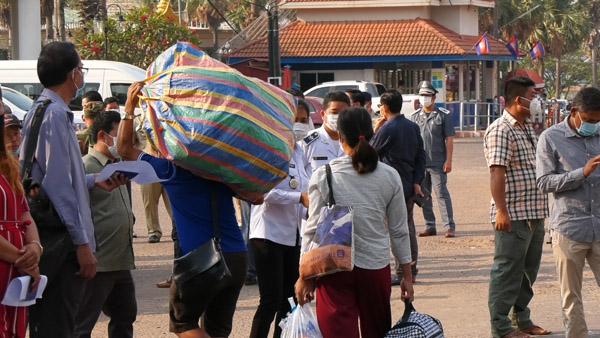 พ่อค้าแม่ค้าชายกัมพูชา เร่งขนของกลับเข้าประเทศกัมพูชา