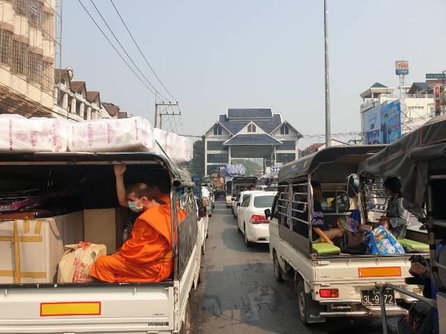 ชาวพม่าหิ้วกระเป๋าบึ่งรถต่อคิวฝั่งท่าขี้เหล็กยาวนับสิบ กม.รอข้ามฝั่งเข้าแม่สายซื้อสินค้าตุนก่อนปิดด่านฯ