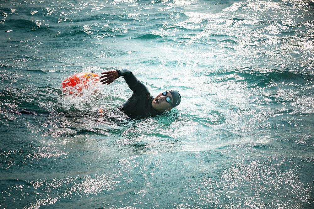 """โครงการ ONE MAN & THE SEA หนึ่งคนว่าย หลายคนช่วย นำทีมโดย """"โตโน่-ภาคิน คำวิลัยศักดิ์"""" กับกิจกรรมว่ายน้ำข้ามเกาะ 12 เกาะ สุราษฎ์ธานี-สมุย"""