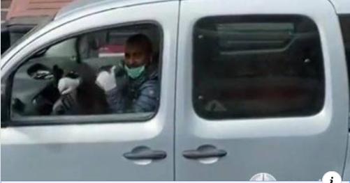 ชาวอิตาลี นิ้วโป้งแสดงความขอบคุณจากก้นบึ้งของหัวใจให้กับทีมบุคลากรทางการแพทย์ของจีน ที่อยู่ระหว่างการเดินทางบนรถพยาบาล (ภาพจากคลิปซินหัว)