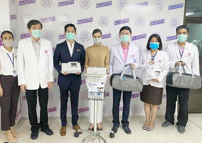 """ร่วมด้วยช่วยกัน """"ศรีริต้า-กรณ์"""" บริจาคเครื่องช่วยหายใจให้โรงพยาบาลราชวิถี"""