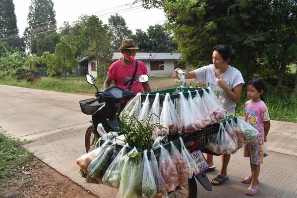 หนุ่มใหญ่รับทรัพย์วันละ2พันบาทขี่รถพุ่มพวงเร่ขายอาหารถึงกะไดบ้าน