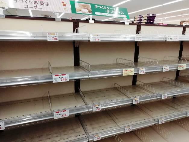 สินค้าถูกซื้อจนหมดเกลี้ยงหลังผู้ว่าฯ โตเกียวประกาศให้ประชาชนอยู่บ้าน