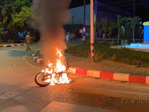 เกิดเหตุรถจักรยานยนต์ชนกันและทำให้ไฟไหม้รถกลางถนน 1 คัน มีผู้ได้รับบาดเจ็บ 3 ราย