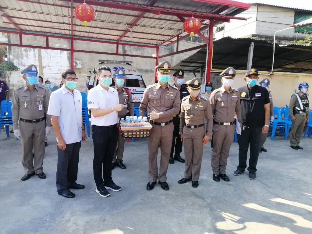 """""""ส.ส.กาญฯ ภท.""""เร่งแจกสเปรย์แอลกอฮอล์75% หวังบรรเทาความเดือดร้อนของ ปชช.ไม่ต้องไปหาซื้อ มั่นใจ หากคนไทยช่วยกัน ไม่นานจะพ้นวิกฤต"""