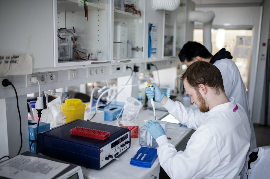 ทีมนักวิจัยเดนมาร์กเร่งผลิตวัคซีนโควิด-19 คาดว่าจะได้ทดลองระดับคลีนิคอีก 9 เดือน (Thibault Savary / AFP)