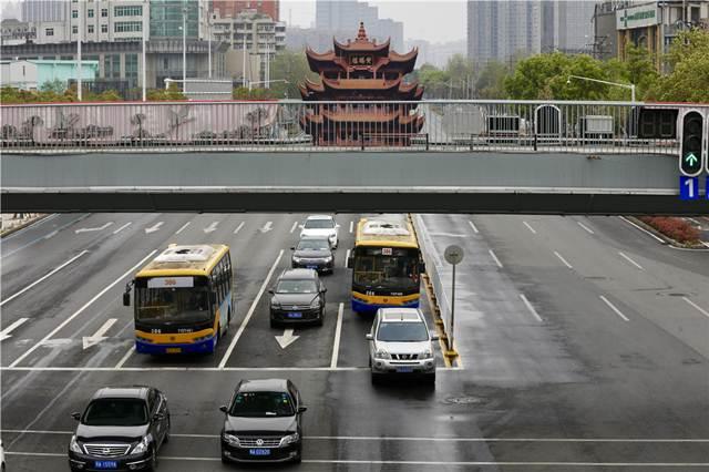 รถเมล์ในอู่ฮั่นกลับมาให้บริการประชาชนแล้วหลังจากปิดเมือง 9 สัปดาห์