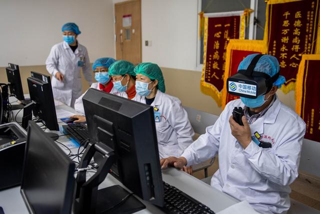 ผู้หญิงชาวจีนคนหนึ่งซึ่งติดเชื้อ Covid-19 มีอาการฟื้นตัวอย่างรวดเร็วหลังจากได้รับสเต็มเซลล์ (ภาพซินหัว)
