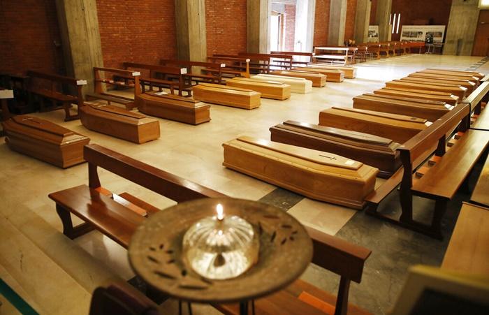 <i>โลงศพถูกวางเรียงรายอยู่ที่พื้นในโบสถ์ซานจูเซปเป  ในตำบลเซรีอัต  ใกล้ๆ เมืองแบร์กาโม ซึ่งเป็นพื้นที่หนึ่งที่เกิดโรคระบาดไวรัสโควิด-19 รุนแรงที่สุด ของอิตาลี  เพื่อรอนำไปยังเมรุเผาศพ  เมื่อวันพฤหัสบดี (26 มี.ค.) </i>