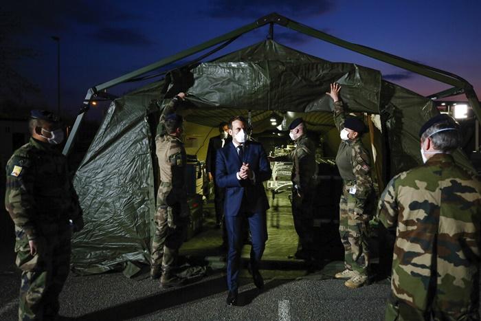 <i>ประธานาธิบดีเอมมานูเอล มาครง องฝรั่งเศส สวมหน้ากากอนามัย ระหว่างไปตรวจเยี่ยมโรงพยาบาลสนามของทหาร ซ่งตั้งอยู่ทางภาคตะวันออกของฝรั่งเศสเมื่อวันพุธ (25 มี.ค.)  ทั้งนี้มาครงเกิดการปฏิบติการพิเศษของฝ่ายทหารในวันดังกล่าว เพื่อช่วยเหลือการสู้รบกับไวรัสโคโรนาสายพันธุ์ใหม่  ซึ่งกำลังโจมตีประเทศอย่างหนักหน่วง  </i>