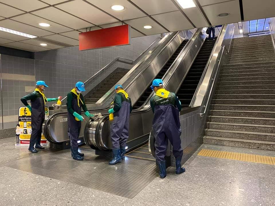 รฟม. ระดม พ่นน้ำยาฆ่าเชื้อสถานีรถไฟฟ้า MRT อย่างต่อเนื่อง