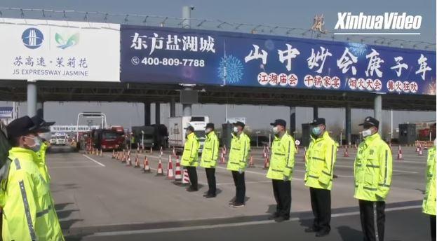 """(ชมคลิป) ตำรวจจีนตั้งแถวเกียรติยศต้อนรับ """"ฮีโร่เสื้อกาวน์"""" กลับบ้าน ชาวบ้านโห่ร้องขอบคุณกึกก้อง"""