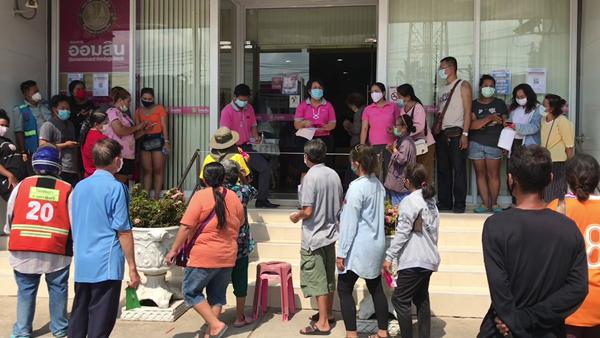 ประชาชนแห่เดินทางไปธนาคารออมสิน สามพรานเพื่อเปิดบัญชีรับเงินช่วย5 พันบาท