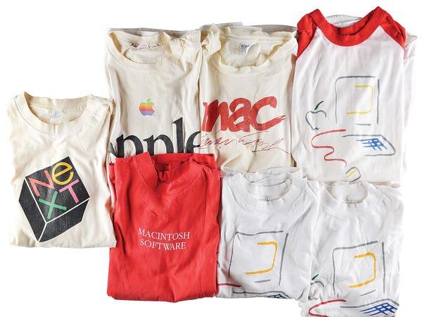 อาร์อาร์ ออคชั่น (RR Auction) เคยเปิดประมูลเสื้อหลายลายที่แสดงว่า Apple ออกแบบเสื้อหลายสิบแบบบนโลโก้ที่ต่างกัน