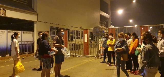 สุดยอดน้ำใจไทย!คนแม่สายหิ้วข้าว-น้ำแจกแรงงานพม่าตกค้างนอนหน้าด่านฯทั้งคืน
