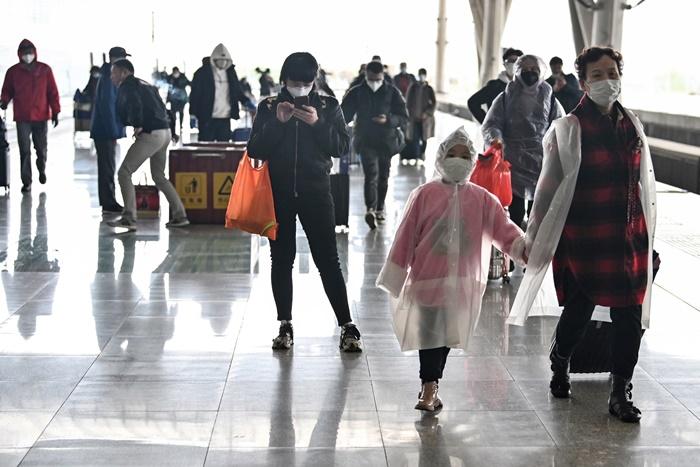 <i>ผู้โดยสารที่เดินทางมาถึงสถานีรถไฟในเมืองอู่ฮั่น เมืองเอกของมณฑลหูเป่ย เมื่อวันเสาร์ (28มี.ค.)   ต่างสวมหน้ากากอนามัย และแต่งตัวในชุดป้องกันโรคกันอย่างเต็มที่  ทั้งนี้อู่ฮั่นซึ่งเป็นศูนย์กลางการระบาดในประเทศจีนของโควิด-19 กำลังผ่อนคลายมาตรการล็อกดาวน์ปิดเมือง  และหันไปเน้นหนักที่การป้องกันไม่ให้ผู้ติดเชื้อจากต่างแดน เข้ามาแพร่โรคจนเกิดการระบาดระลอก 2 </i>