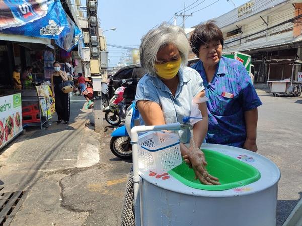 ไอเดียดี! ทม.หัวหิน นำถังดัดแปลงที่ล้างมือให้ ปชช.ก่อนเข้าตลาดฉัตร์ไชย