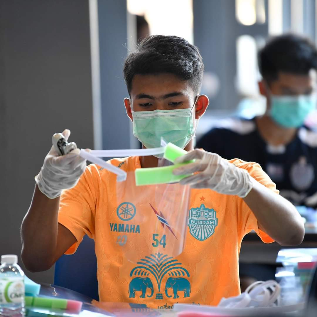 บุรีรัมย์ เกณฑ์นักเตะผลิตหน้ากาก แจกโรงพยาบาลทั่วจังหวัด