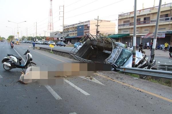 นาทีระทึก!! รถกระบะบรรทุกวัวพุ่งชนรถจักรยานยนต์พวงข้างที่ขับตัดหน้าเป็นเหตุให้วัวตาย2 ตัว