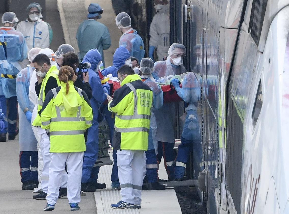 เจ้าหน้าฉุกเฉินทางการแพทย์ฝรั่งเศสกำลังนำตัวผู้ป่วยโควิด-19 ขึ้นรถไฟความเร็วสูง TGV ใน Mulhouse ทางตะวันออกเพื่อทำการอพยพไปยังโรงพยาบาลในภูมิภาคอื่นของประเทซ ภาพประจำวันอาทิตย์(29 มี.ค) เอเอฟพี