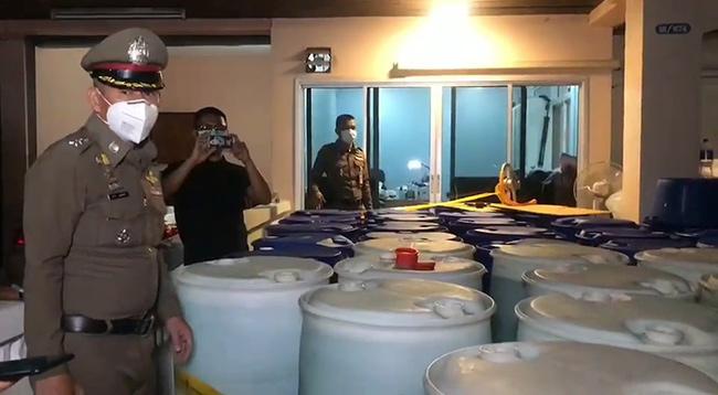 รวบสาวเมืองนนทบุรีซุกแอลกอฮอลล์เกือบหมื่นลิตร อ้างเพื่อนฝากส่อโดนข้อหากักตุน