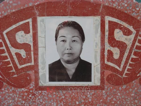ภาพแม่ของ ลุงเอี๊ยกจุงเสี้ยน หน้าฮวงซุ้ยที่สุสานจีนโพ้นทะเลใน อ.นาบอน จ.นครศรีธรรมราช