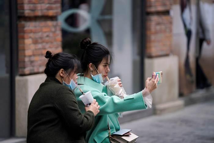 วัยรุ่นในอู่ฮั่นกินชาไข่มุกวันแรกที่ได้ออกจากบ้านเมื่อวันที่ 31 มี.ค.หลังถูกล็อคตัวในบ้านสองเดือน (ภาพ รอยเตอร์ส)