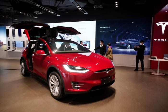 ชาวอู่ฮั่นในโชว์รูมรถยนต์ Tesla ในช้อปปิ้ง มอลล์ เมืองอู่ฮั่นในวันที่ 30 มี.ค.(ภาพ รอยเตอร์ส)