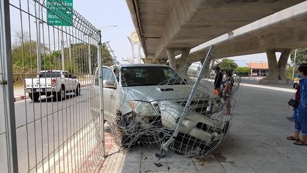 หน้ากากอนามัยเป็นเหตุ พ่อค้าปลาก้มหน้าถอด ทำรถเสียหลักพุ่งชนรั้วกั้นใต้สะพานพังยับ