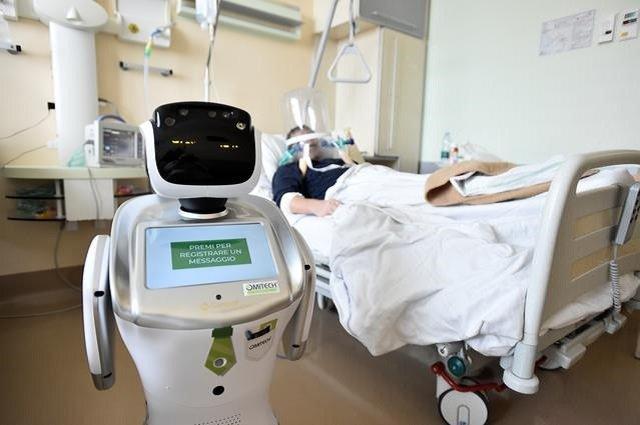 """โรงพยาบาลอิตาลีใช้หุ่นยนต์ """"ทอมมี"""" ช่วยดูแลผู้ป่วยโควิด-19"""