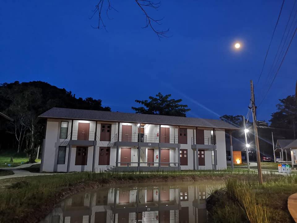 อาคารห้องพัก (ภาพ เพจ : ศูนย์อบรมสุดาเดือนเพ็ญและที่พักของมูลนิธิชัยพัฒนา)