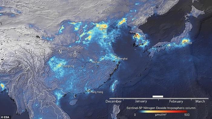 ระดับการปล่อยก๊าซเรือนกระจกของประเทศจีนในเดือนมกราคม (ภาพบน) สูงกว่าในเดือนมกราคมและกุมภาพันธ์ (ภาพล่าง) โดยเฉพาะอย่างยิ่งในช่วงที่มีการกักกันโรคและในช่วงเทศกาลตรุษจีน ระดับไนโตรเจนไดออกไซด์ลดลงถึง 40% (เครดิตภาพ ESA)