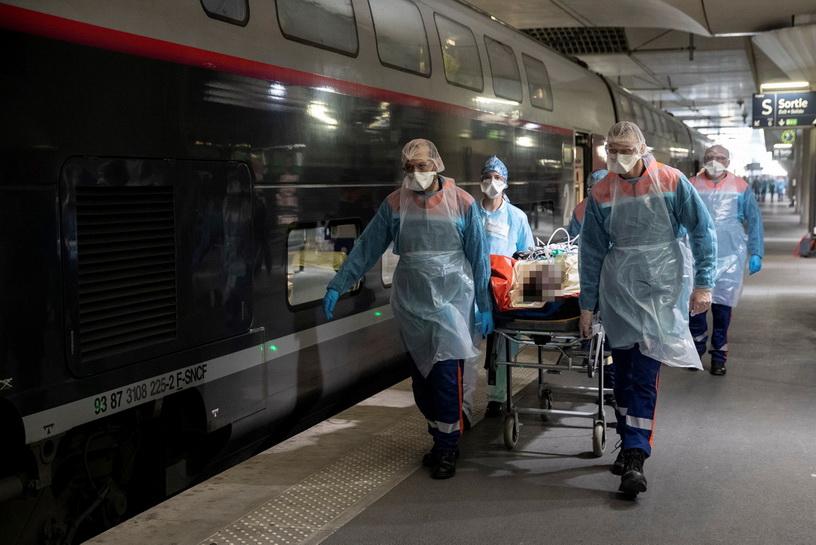 ทีมแพทย์ฝรั่งเศสนำผู้ป่วยโควิด-19 ขึ้นรถไฟความเร็วสูง TGV เพื่ออพยพไปยังสถานพยาบาลในแคว้นเบรอตาญ