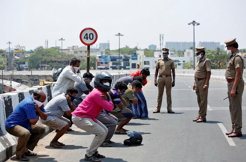 ตำรวจอินเดียในเมืองเชนไนสั่งลงโทษผู้ฝ่าฝืนมาตรการล็อคดาวน์ของรัฐบาลด้วยการให้ 'ซิท-อัพ'