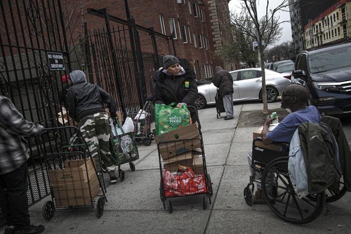 <i>วิกฤตไวรัสระบาดคราวนี้ ทำให้มีผู้คนจำนวนเพิ่มขึ้นซึ่งเดือดร้อนต้องมาขอรับอาหารฟรีจากสถานสงเคราะห์ต่างๆ ของภาคเอกชนในสหรัฐฯ  ขณะที่ข้าวของต่างๆ มีราคาแพงขึ้น  แถมอาสาสมัครที่มาช่วยจัดหีบห่อและแจกจ่ายก็ลดน้อยลง เนื่องจากมาตรการล็อกดาวน์ในหลายพื้นที่ ทำให้ประสบความลำบากในการออกจากบ้าน </i>
