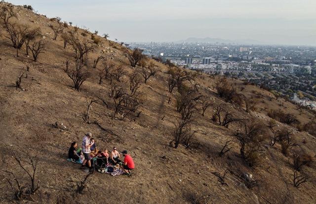 ครอบครัวหนึ่งในชิลีกำลังจัดปิกนิกบนเนินเขาในกรุงซันติอาโก เมื่อวันที่ 29 มีนาคม ปี 2020