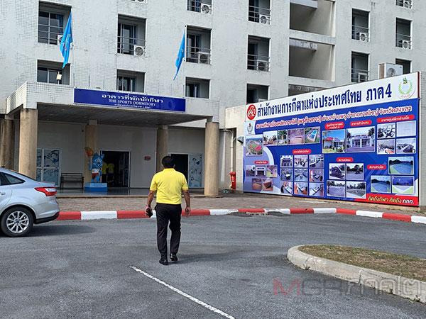 จนท.เตรียมพร้อมสนามกีฬาพรุค้างคาวใช้กักตัวคนไทยที่กลับจากดาวะห์ ประเทศอินโดนีเซีย
