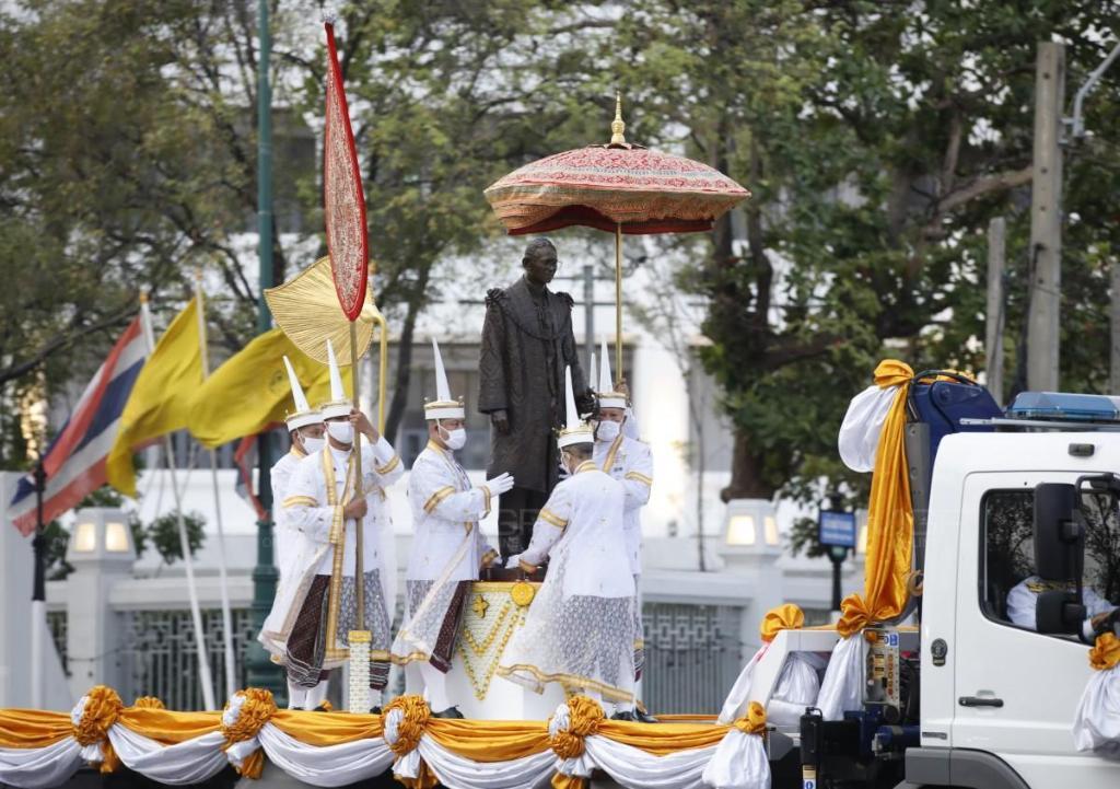 ในหลวง โปรดเกล้าฯ ให้อัญเชิญพระบรมรูป ร.๙ ประดิษฐาน ณ ปราสาทพระเทพบิดร ในวัดพระแก้ว