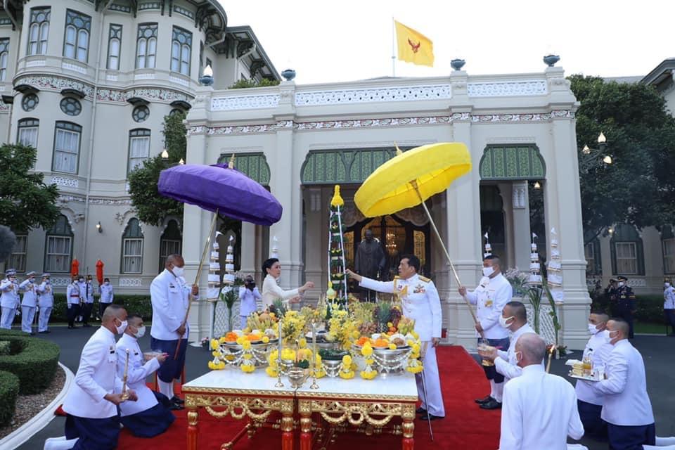 ในหลวง-พระราชินี ทรงประกอบพิธีบวงสรวงพระบรมรูป ร.๙ โปรดเกล้าฯ ประดิษฐานปราสาทพระเทพบิดร