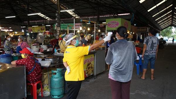 ตลาดสดตัวอย่าง ยกระดับมาตรการคัดกรองประชาชนจับจ่ายสินค้า ป้องกันโควิดแพร่ระบาด