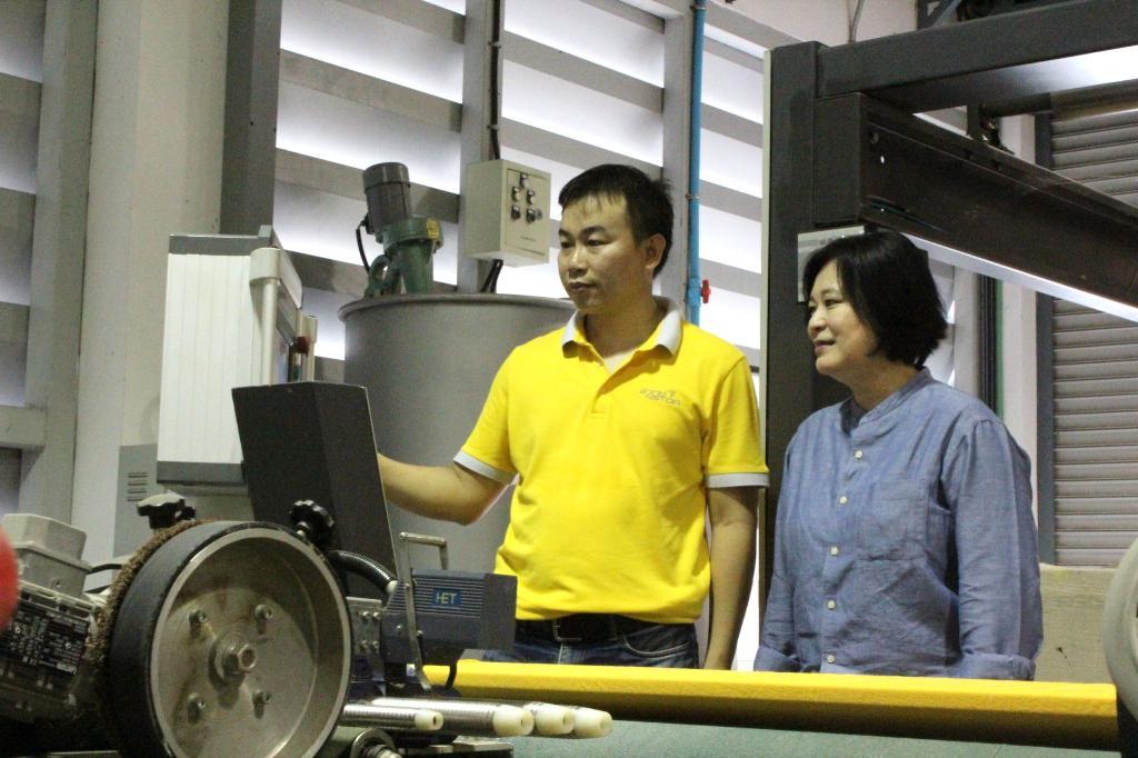 -รอง ผอ.นาโนเทค สวทช. และทีมวิจัยให้ความสนในชมโรงงานต้นแบบถ่ายทอดเทคโนโลยีสิ่งทอนาโน